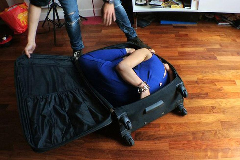 英国女子柔韧性惊人 身体可缩入手提箱组图