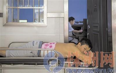 戴先生在医院接受治疗,事发时他跳下深井救女儿,腰椎骨折。 汪成 摄