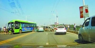 武汉公交车引发五车连环撞 司机不救人当街厮打