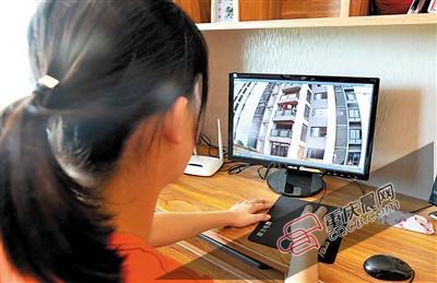 曹女士家通过摄像头进行监控,预防楼上住户乱扔垃圾。 重庆晨报记者 甘侠义 摄