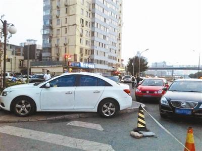 """北京首设30条""""禁停严管街"""" 违章停车将拖走"""