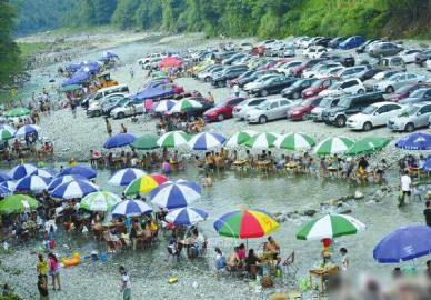 避暑游客挤爆都江堰虹口。朱建国摄