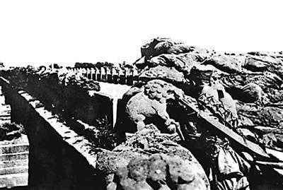 守卫卢沟桥的29军士兵抵抗日军入侵.资料照片