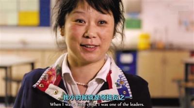 记录片中,Jun Yang-Williams在教门生们做早操。