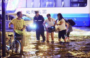 延静里中街,警察搀扶路人。北京晨报记者