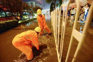 昨晚暴雨过后,大望桥下积水,排水工人紧急排水。首席摄影记者