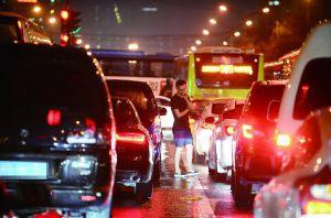 酒仙桥路暴雨过后大堵车。