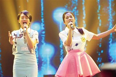 """""""晨悠组合""""郭惟晨左和吴以悠演唱的《野子》被赞和声完美。"""