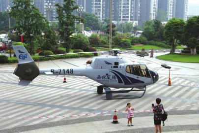 停在巨洋酒店停车场的直升机