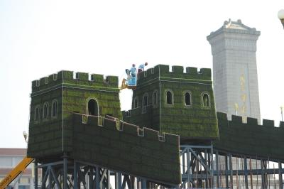 """8月12日起,天安门广场上开端搭建""""长城""""主题花坛。京华时报记者谭青摄"""