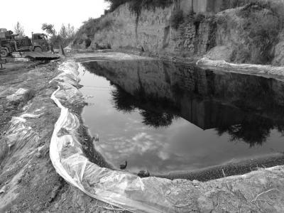 志丹县处油井旁,净化的石油就随便放在个池子里。京华时报记者谭青摄