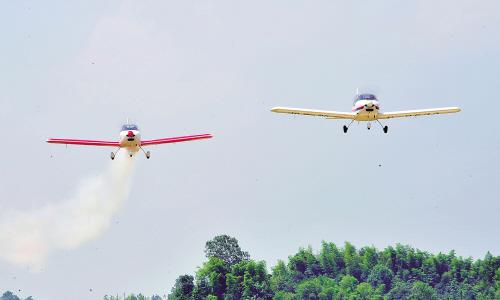 男研究生开飞机演绎比翼双飞向女友求爱(图)