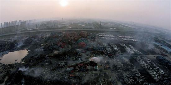 """p36 8 月16 日,天津港""""8・12""""瑞海公司风险品堆栈尤其严重火警爆破事变现场。"""