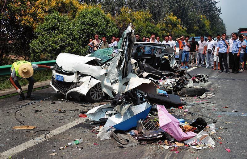 车祸现场小轿车被撞散架。记者马昭摄