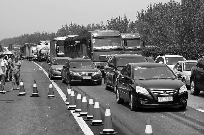 货车失控 西禹高速昨8车相撞两人不幸身亡【2】