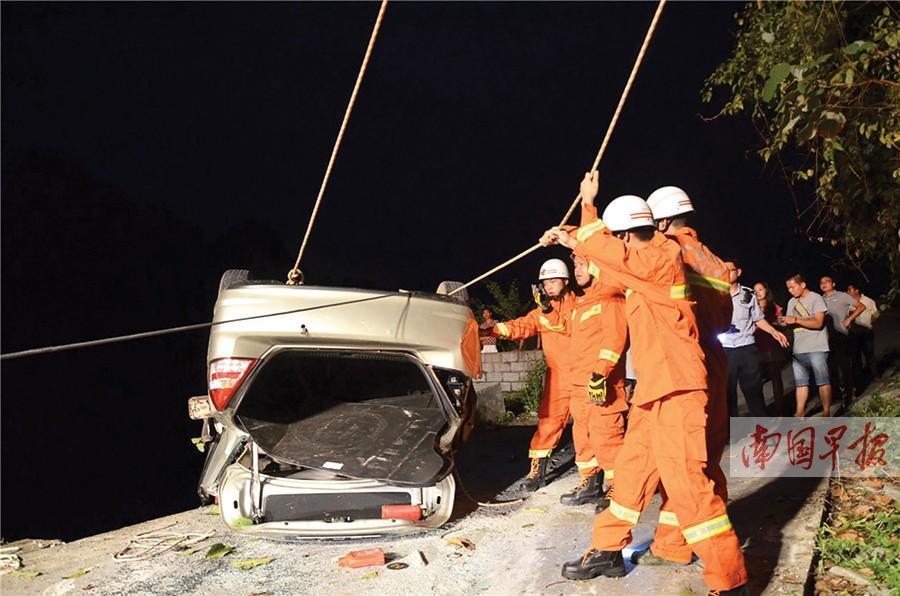 新手驾车冲下陡崖 当事司机和一位女搭客可怜身亡
