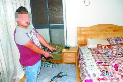 熊某在指认赃物。 通讯员李雨生 摄