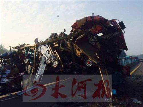 大广快速滑县段多车追尾现场惨烈 男子从车上飞出