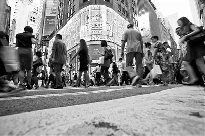 香港核心地段商铺行情低迷 阿迪6折