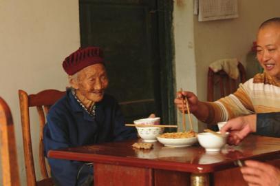四川102岁老太摄生:每顿2两酒 喝了满身才舒适