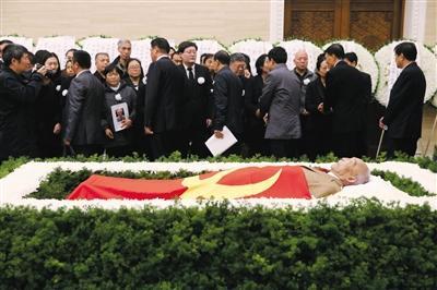 杜润生先生躺在苍松翠柏鲜花间。