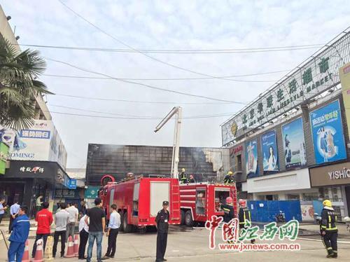 南昌/南昌上海路华联超市二楼发生火灾