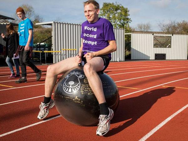 英中风幸存者仅靠弹跳球行走16千米有望破纪录