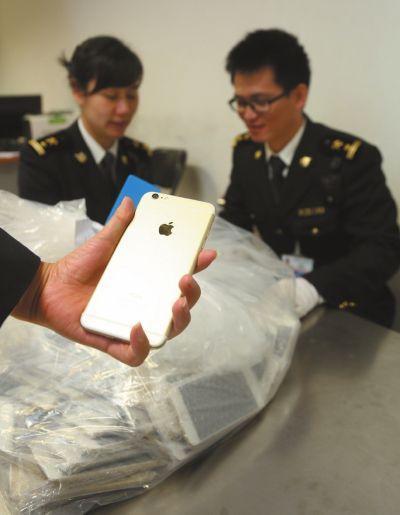 克日,一位外籍女子照�144部未申�蟮�iPhone6手�C�亩汲�C�龀鼍�r被查�@。��悉,�@是北京海�P在旅�z平�_查�@的最大一批游客未申�笳疹�出境的�O果手�C。