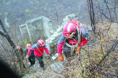 Snowy weather tourists trapped deep firefighters 12 hour rescue