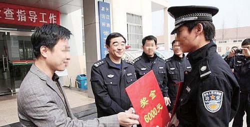 青岛市公安局反恐支队原支队长赵敏(左二) 。(材料图)