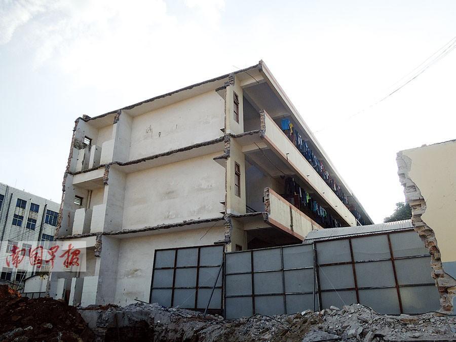 北海一所中学宿舍楼被切掉一块 留住半截仍住门生