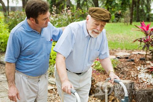 老人-走路不便-拐杖