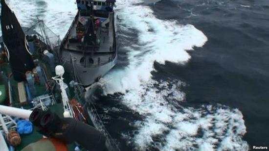 """日本鲸类研究所散发的这张照片显示,海洋守护者的""""鲍勃 巴克号""""船与日本捕鲸船的左舷相撞。(资料照片)"""