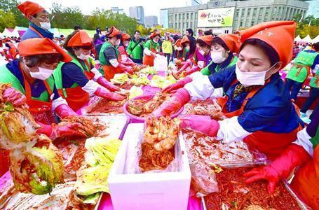 韩国大旱致白菜价格猛涨,11月初,民众在首尔泡菜节制作泡菜送有需要的困难家庭。