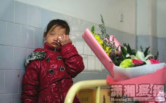 12月6日,长沙市传染病医院,小倩化名的妹妹站在病床前暗自落泪。图/潇湘晨报记者谢长贵