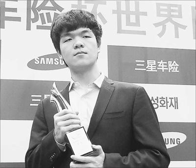 12月9日,柯洁手捧三星杯世界围棋大师赛冠军奖杯.图片