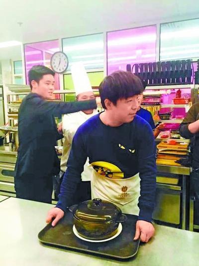 """【爆料】黄渤邀百名记者聚餐 """"抱怨""""记者采访时玩手机"""