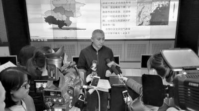 今天,北京市环保局应急到处长王斌承受记者采访。京华时报通信员 杜昊 摄