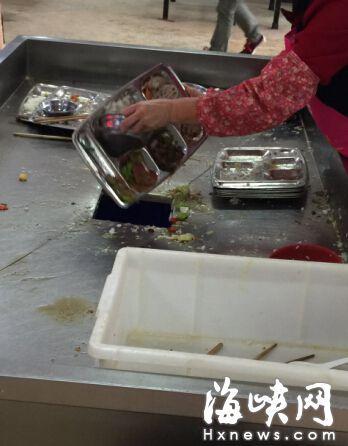 闽江学院松园餐厅 剩菜剩饭被直接倒入垃圾桶