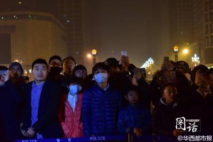 成都持续雾霾天气 市民戴口罩看升旗仪式(图)