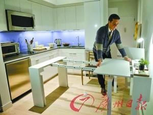 微型公寓里的书桌能打开成大饭桌,供12人同时用餐。