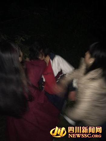 四川一女生在校后山被围殴_四人轮流扇其耳光(图)