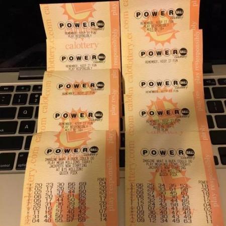 一位留学生帮国内亲友代买的彩票。(美国《侨报》)