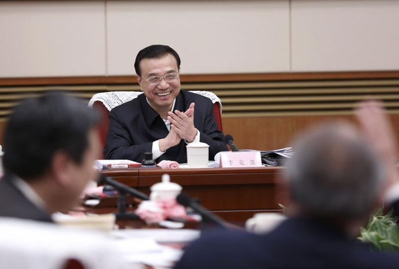 李克强主持召开专家学者和企业界人士座谈会。