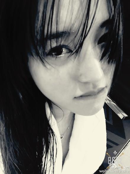 """[热点新闻]金莎晒黑白自拍 长发披散造型""""惊悚""""(图)"""
