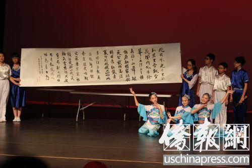 中方學校學生在表演舞臺劇。(美國《僑報》/邱晨