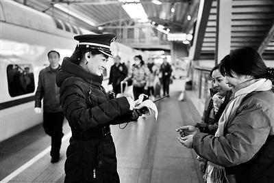 本�笥�(�者 王薇)回家的路再�L、再�h,新年前也要�s�w去和家人�F�A。��家的大�w移因家而�怼=袢帐谴竽�海��倪@一天�_端天下�F路�\送�M入�峰期。�榱俗�游客能�蚱桨玻�定�r回家�^年,多量�F路�工���s了本人的新年。北京�F路局北京客�\段��直��哈���I三�M的列��L柳桂琴18�q�M入�F路事情后,每一年的春�\都奔�Y在�F道路上,已有14年未回家�^年了,故�l的年味微�L俗已在她的回��里�得含糊。