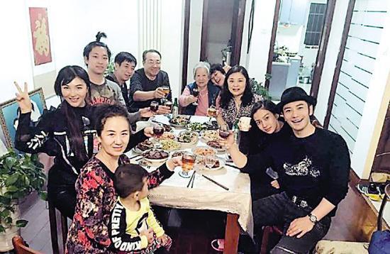 黄晓明&Angelababy晒全家福:平时难得陪家人
