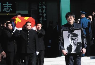 [热点新闻]数千人八宝山送别阎肃 礼堂内播放《红梅赞》