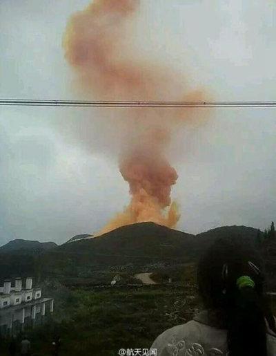 资料图:长征火箭残骸坠落山头冒浓烟